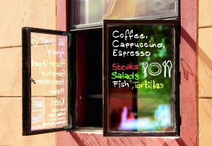 Окно кафе оформелено меловым маркером